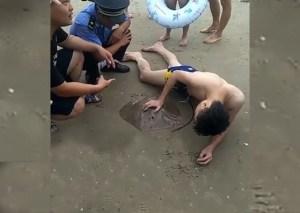 ¡Auch! Una mantarraya le agarró el miembro mientras se bañaba en la playa (video)