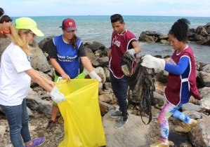 Voluntarios de Banesco, en alianza con Directv, Unicasa y Alfonzo Rivas, celebraron el día mundial de las playas