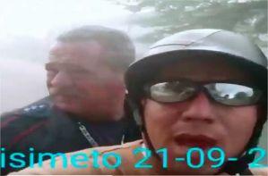Sabes que las cosas van mal cuando un bombero llega a un incendio en mototaxi (Video)