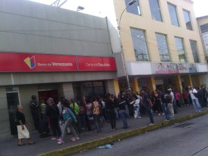 Kilométricas colas para sacar efectivo en Mérida #22Sep (fotos)