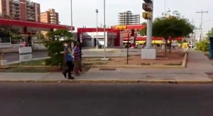 """Qué ironía: Zulianos hacen colas """"con esperanza"""" frente a estaciones de servicio cerradas (video)"""