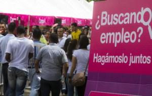 Miles de venezolanos asisten a feria de empleo para emigrantes en Medellín