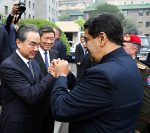 Maduro aumenta deuda con China: Entrega campos petroleros y mineros
