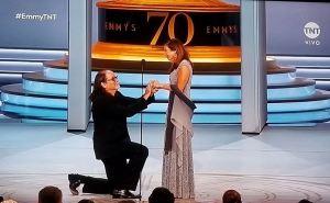 Un ganador de los Emmy le propone matrimonio a su pareja sobre el escenario (Video)