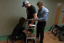 Un electrodo implantado en la columna vertebral permitió caminar a un parapléjico