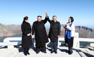 Cumpliendo un sueño, el surcoreano Moon visita un monte sagrado norcoreano con Kim