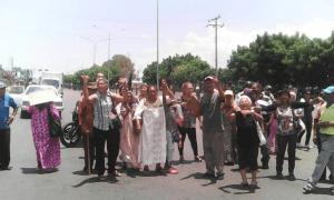Pensionados protestan en Maracaibo porque la crisis eléctrica no les permite cobrar #3Sep (Fotos)