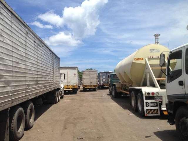 Los choferes del transporte de carga pasan días para lograr un cupo en el ferry (Foto José Camacho)