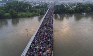 A ambos lados del puente entre Guatemala y México, los hondureños en caravana piensan en EEUU