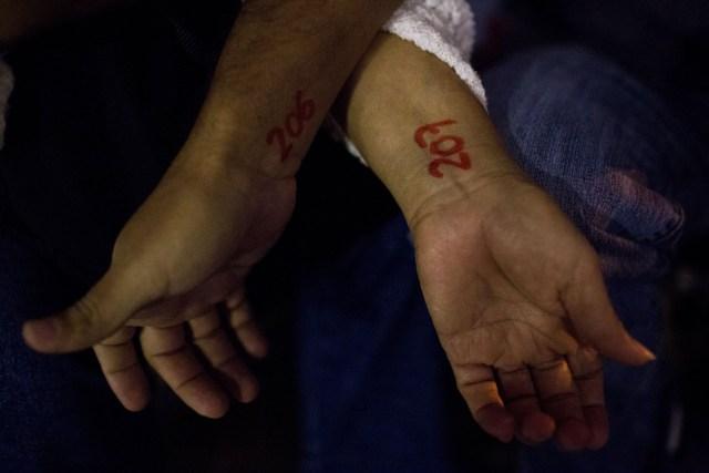 Cilia Gonzalez muestra el número en su muñeca que muestra su lugar en la fila. Fotógrafo: Manaure Quintero / Bloomberg