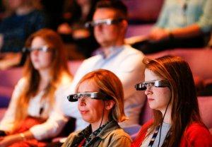 ¡Increíble! Lentes inteligentes con subtítulos ayudan a los amantes del teatro sordos a enfocarse en la acción