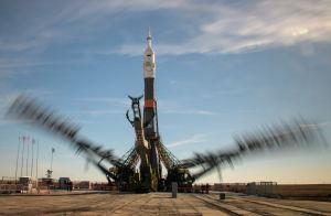 Astronautas aterrizan vivos en Kazajistán tras problema de motor