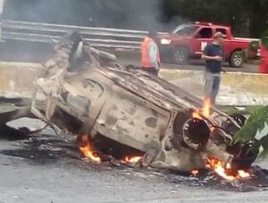 Fuerte choque deja un carro incendiado y dos fallecidos en Las Trincheras, Carabobo #20Oct