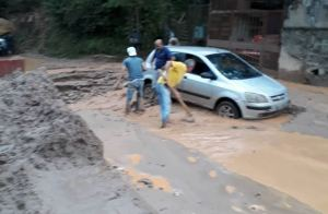 Reportan inundación en varios sectores de Los Teques tras fuertes lluvias
