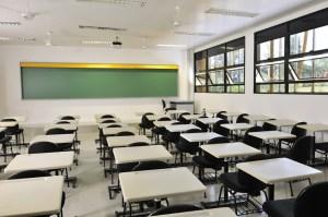"""¡De horror! Un estudiante en Francia amenazó con un arma a su profesora para que le pusiera """"presente"""" (Fotos)"""