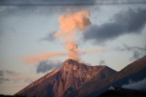 Volcán de Fuego de Guatemala inicia su quinta erupción en este año