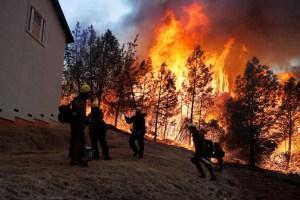 Incendio forestal en norte de California deja ciudad en ruinas y provoca huida de miles de personas