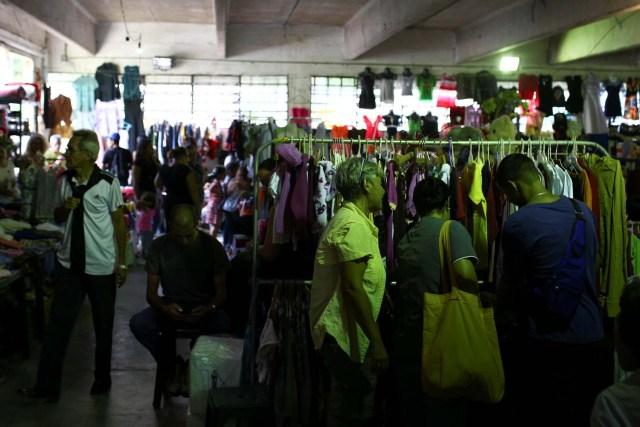 La gente busca ropa en un mercado de segunda mano en Caracas, Venezuela, 10 de noviembre de 2018. REUTERS / Manaure Quintero