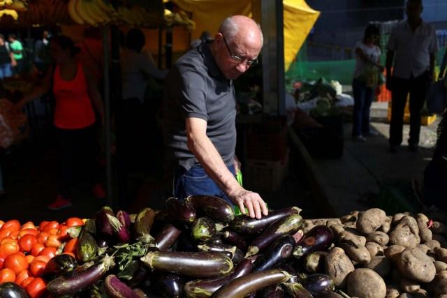 La gente compra en un puesto de verduras y frutas en un mercado callejero en Caracas, Venezuela, 10 de noviembre de 2018. REUTERS / Manaure Quintero