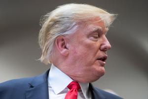 Trump afirma que en Florida se cambiaban la camiseta y volvían a votar