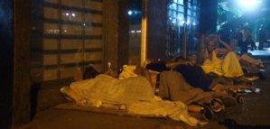 Pensionados durmieron frente a bancos en Maracaibo para cobrar segundo mes de aguinaldo