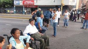 Pacientes renales trancan avenida Bolívar en Maracay para exigir tratamiento de diálisis #15Nov