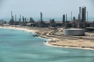 Molestos por exenciones de Trump a Irán, saudíes presionan por fuerte recorte de producción de crudo