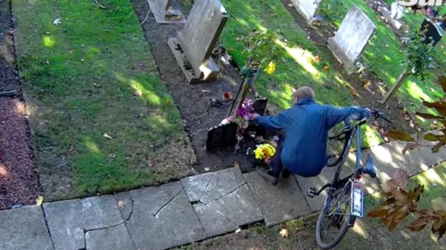 El misterio sobre ladrón de flores en un cementerio fue resuelto con una cámara oculta