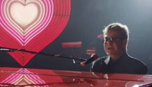 El emotivo comercial que Elton John grabó para Navidad que recorre toda su vida (video)