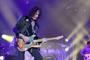 Joe Perry de Aerosmith hospitalizado tras desplomarse después de concierto