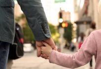 Estos padres crearon un ingenioso método que protegió a su pequeña de ser raptada por un desconocido