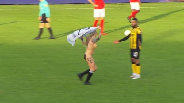 Jugada Maestra  Equipo de fútbol holandés contrató una stripper para  distraer a sus rivales durante el partido (Fotos y Video) 8f176b41eeb