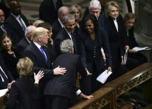 La historia detrás del caramelo que Bush le dio a Michelle Obama en el funeral de su padre