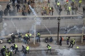 Disturbios y gases lacrimógenos en París durante protesta de los chalecos amarillos