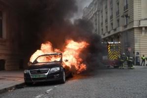 Carros incendiados, vidrieras rotas y barricadas en violenta protesta de los chalecos amarillos en París (FOTOS)