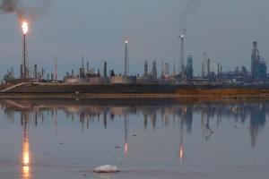 Pdvsa busca comprar gasolina y vender petróleo, mientras su refinerías apenas funcionan
