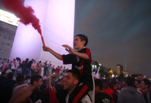 Hinchas de River celebran conquista de Libertadores con incidentes en la capital