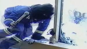 Empleados de una joyería repelen con espadas el ataque de ladrones (Video)