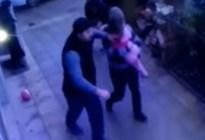 Una niña de 5 años cae de un quinto piso... en brazos de dos peatones (Video)