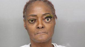 Encarcelan una mujer de estrambóticas pestañas que arrojó aceite hirviendo a su vecina (Fotos)