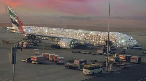 Una aerolínea de Dubai exhibió su Bling 777: un ostentoso avión cubierto de cristales y diamantes (Fotos)