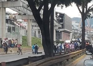Protesta en la autopista Francisco Fajardo a la altura de Petare #13Dic (fotos y video)
