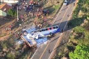 Al menos 5 muertos y 25 heridos por choque entre autobús y camión en Brasil