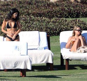 """El bikini """"márcalo TODO"""" de la hermana de Nicole Richie junto a su """"rival"""" Kardashian (HOT)"""