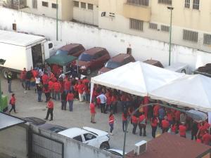 Como ovejitas rojas: Trabajadores del Banco del Tesoro hacen su cola para el pernil