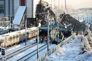Al menos 9 muertos y 47 heridos al chocar un tren de alta velocidad en Turquía
