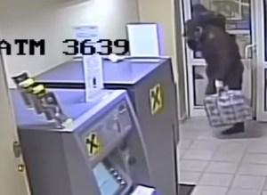 El momento en que un ladrón hace saltar por los aires un cajero y se lleva 30.000 dólares (Video)
