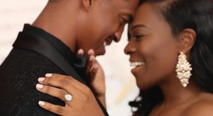 Así no dice que no: Le propone matrimonio con seis anillos de diamantes para que ella elija el que le guste (Fotos)