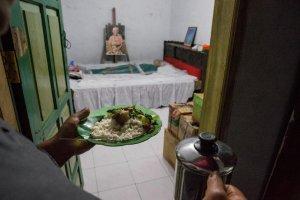 En este pueblo indonesio desentierran y consienten a sus muertos como si estuvieran con vida (FOTOS)