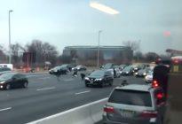 """Lluvia de billetes en autopista de EEUU provocó choques cuando las personas """"se pusieron locas"""" (Videos)"""